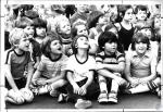 di54963 - Kids watching huge balloon being filled with ...